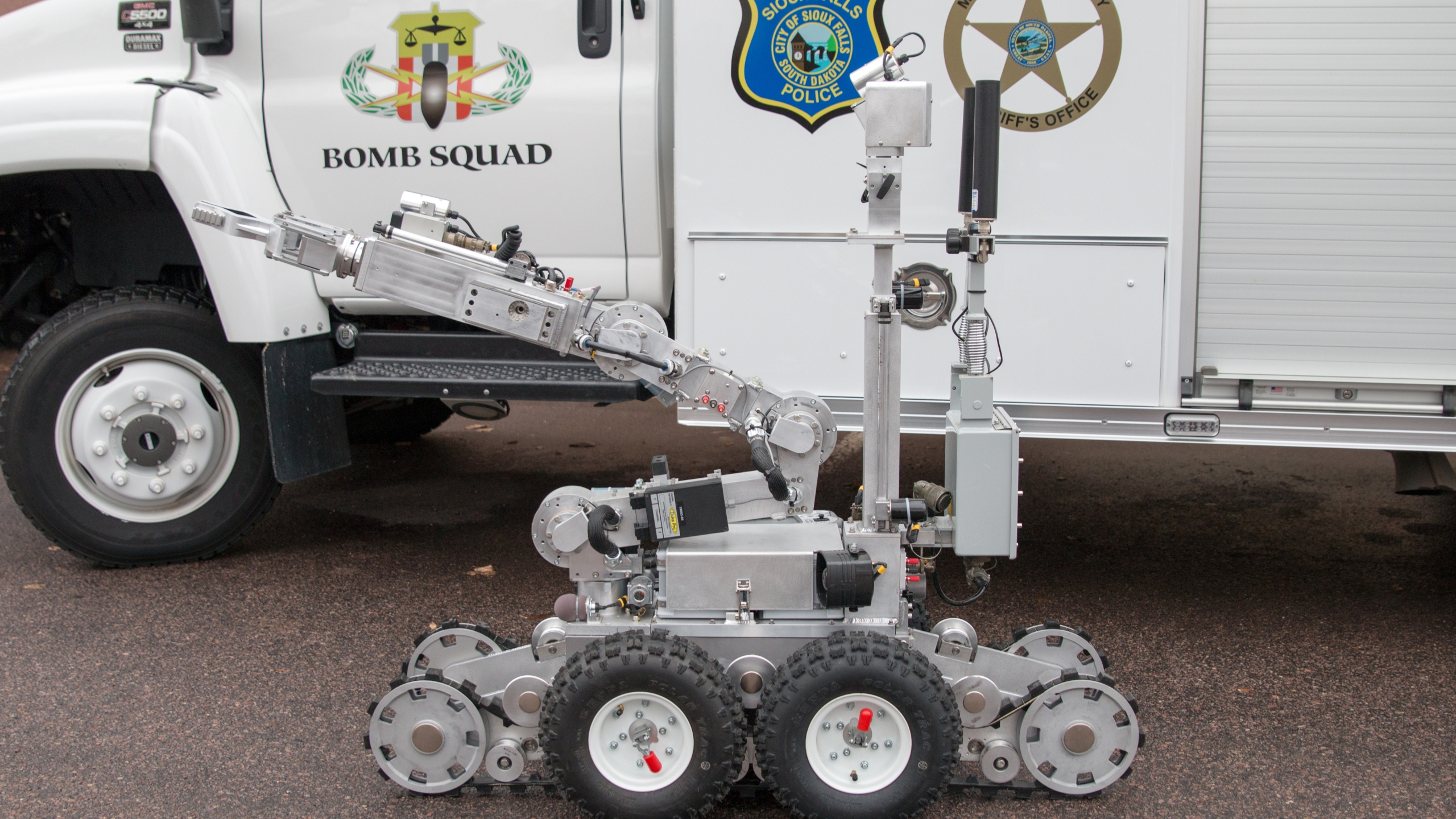 KELO Sioux Falls Police bomb robot closeup