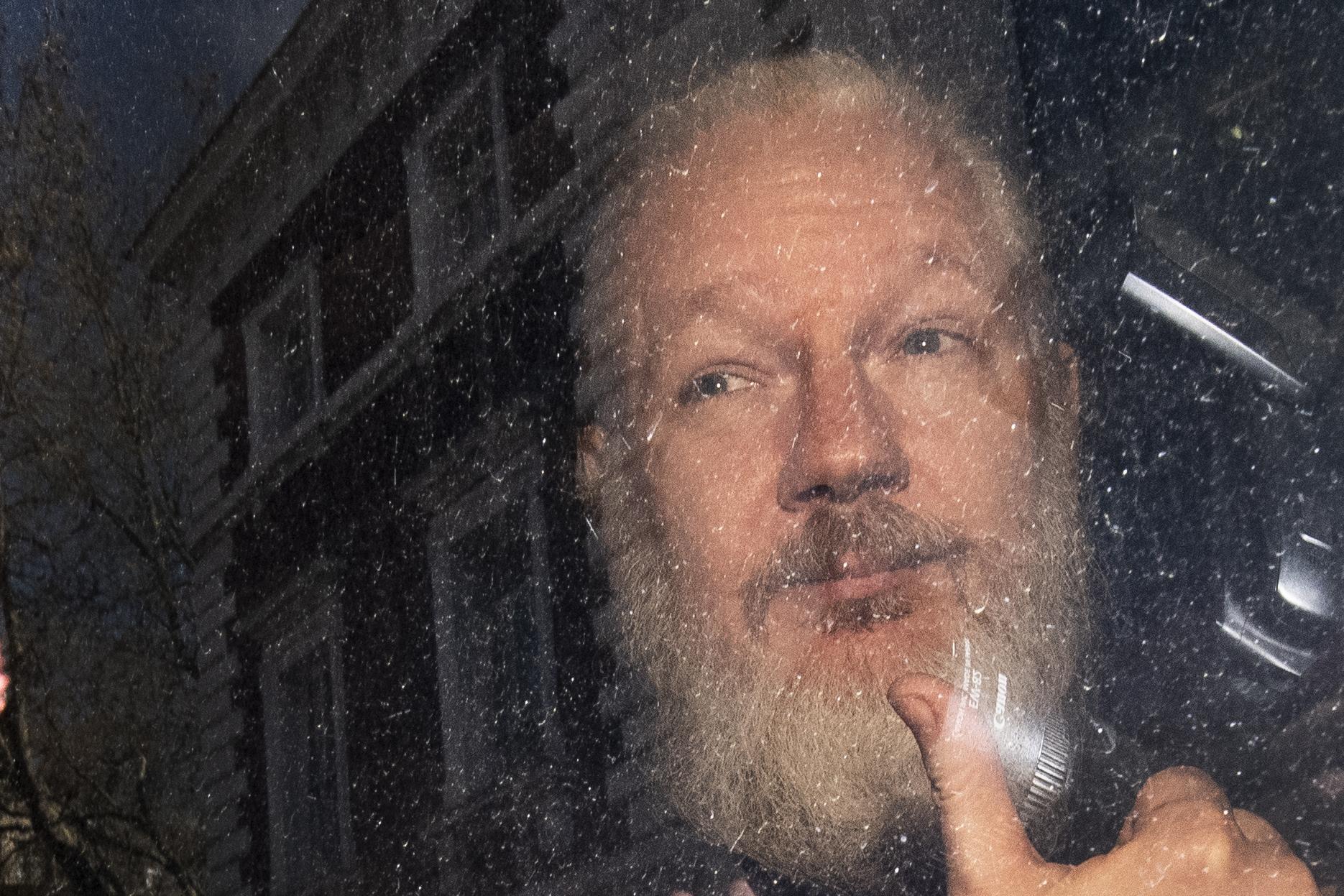 APTOPIX_Britain_Wikileaks_Assange_Arrested_75541-159532.jpg21645638